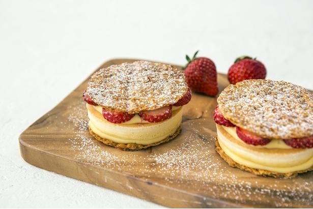 パイ生地でパンケーキをサンドした新感覚スイーツ「パンケーキパイ」の季節限定味「ストロベリーカスタード」(400円)