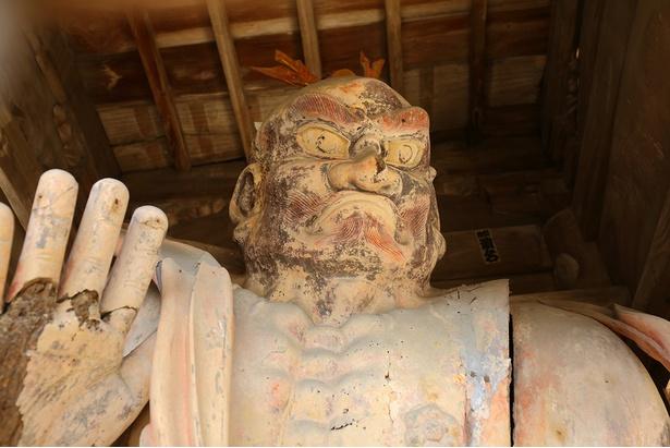 江戸時代に作られた仁王の像。迫力のある表情が印象的