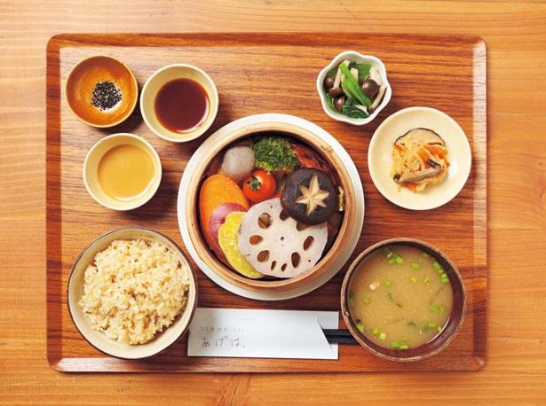 「元気野菜たっぷり 季節のせいろ蒸しごはん」(1296円、17時からは1512円  ※食前酒付き)/お気軽健康café あげは。 トアロード店