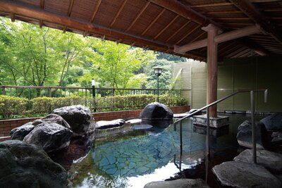 露天風呂「蛍の湯」。山の澄んだ空気の中で温泉に入る満足感は格別