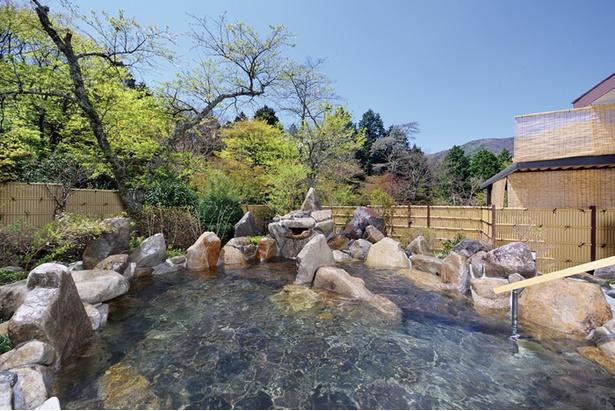 大浴場乙女湯内の露天風呂「月」。開放的な空間で自然を体感できる