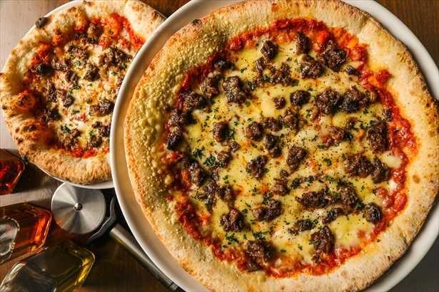 【写真を見る】通常サイズ(写真左)の約2倍のボリュームのピザがなんとワンコイン