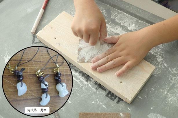 滑石を削って勾玉を作る