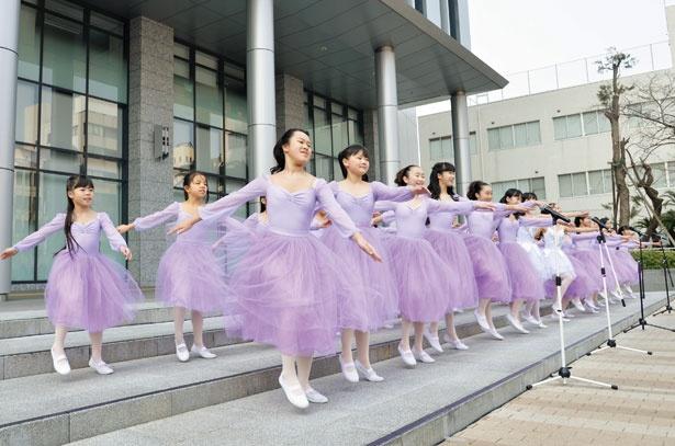特設ステージで歌劇団の華麗な歌声とダンスを楽しめる
