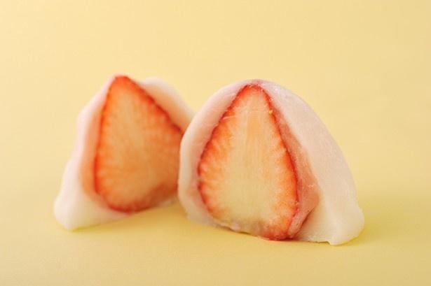 ふわふわのお餅からうっすら幻の「さくらももいちご」が透ける