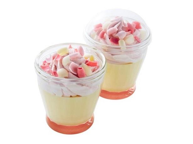 【写真を見る】「プリンパフェ(さくら&いちご)」は、さくらが咲いたような春色のチョコレートコポがトッピングされた、見た目も華やかなプリン