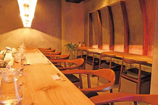 木のカウンターや座り心地のいい椅子にもこだわった店内/田中の中華そば