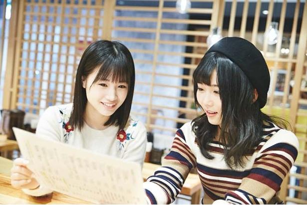 【写真を見る】同期の朝長美桜&秋吉優花「なに食べる?」と悩み中