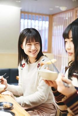「熱っ!」と驚く優花ちゃんと、その様子を見て笑いだす美桜ちゃん
