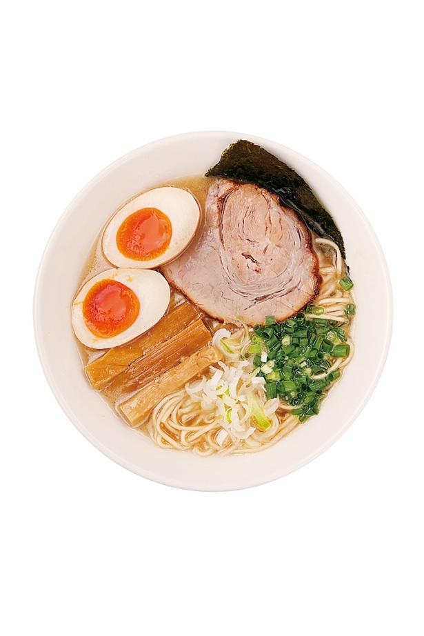 丁寧に下処理された豚骨を22時間強火で炊き上げた濃厚なスープが味わい深い「味玉らーめん」(750円)