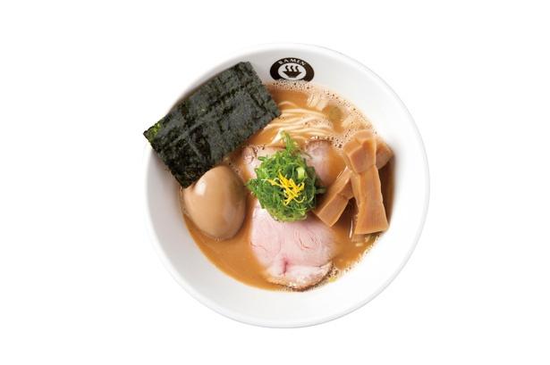 特注麺に化学調味料不使用のスープがよく絡む「味玉らーめん」(880円)