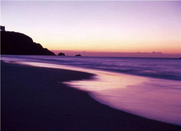 夕焼け色に染まる海が美しい