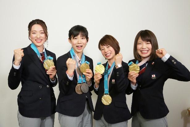メダルとともに番組登場した(写真左から)スピードスケート女子チームパシュートの菊池彩花選手、高木美帆選手、高木菜那選手、佐藤綾乃選手