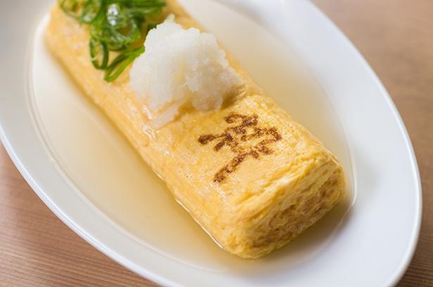 【写真を見る】「うどん屋の玉子焼き」(518円)。うどんダシが香るひと品