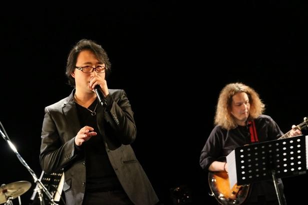 正貴久也(左)は優しくも力強い歌声で観客を魅了する