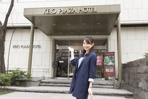 【写真を見る】京王プラザホテルのオールデイダイニング<樹林>へ