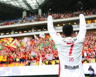 アウェイの地で逆転ゴールを決め、サポーターの声援に応える元ブラジル代表・ジョー選手