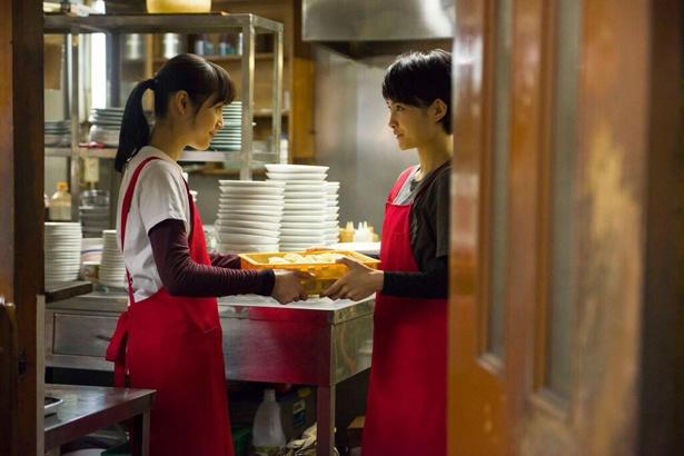 ラーメン作りの奥深さに魅せられていく茉莉絵(中村)と茉莉絵の親友・コジマ(葵わかな)(写真左から)