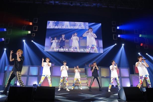 【写真を見る】アンコールではツアーTシャツに着替えた7人が再登場。涙を流すメンバーに、ファンからは温かい声援が飛んでいた