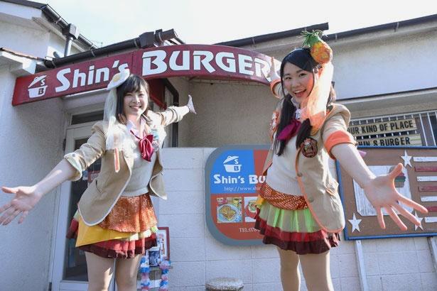 ハンバーガールZのたまご担当りーにゃ(左)とパイン担当みなみん(右)