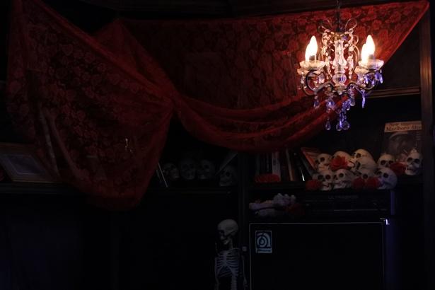 バラや骸骨で装飾された