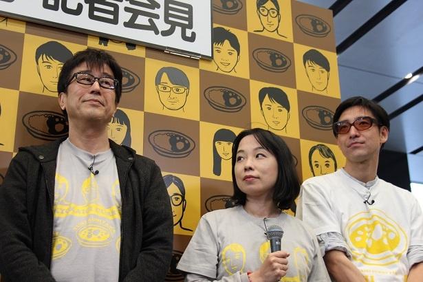 辛酸なめ子(中央)は、オリジナルTシャツなどのデザインを担当