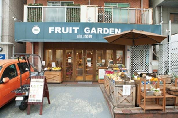 お店の前にも果物がズラリ/山口果物 上本町本店