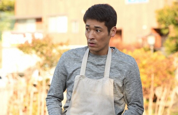 小学生の娘を男手ひとつで育てる弥一を演じる佐藤隆太