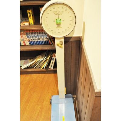 """懐かしの体重計もある!実際に測れるので、""""体重バレ""""したくない人は要注意だ"""