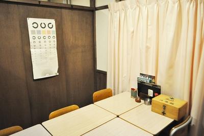 【写真を見る】保健室をイメージした個室。ピンクのカーテンにちょっとドキドキする