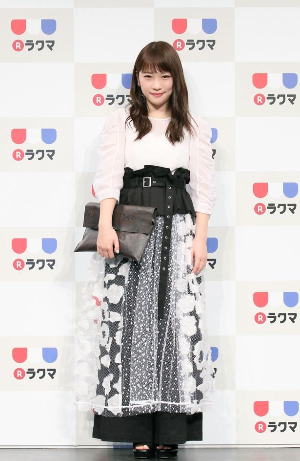 【写真を見る】川栄李奈は春をイメージした軽やかな衣装で登場