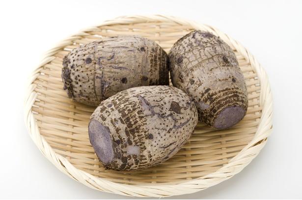 【写真を見る】田芋は皮をむいてから茹でてマッシュします