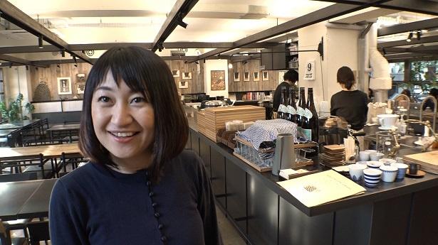 【写真を見る】オフィスの中に大きなキッチンがある、「サポーズデザインオフィス」の職場も大公開!