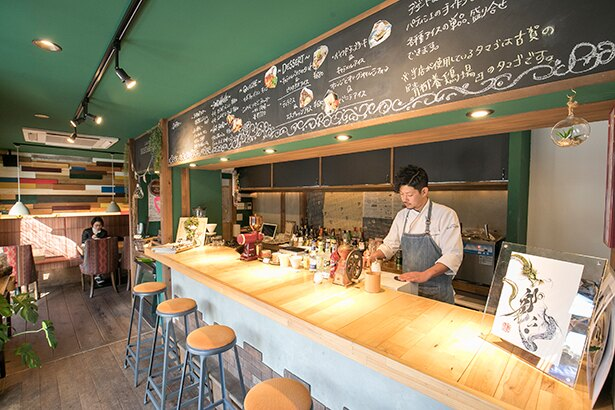 「L'atelier NOSTALGIE」カウンター席では店員と会話を楽しみながらスイーツを味わえる。豆の販売もあり