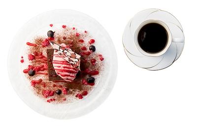 【写真を見る】「L'atelier NOSTALGIE」コーヒー(右・430円)、濃厚ガトーショコラとフラン ボワーズアイス(左・720円)