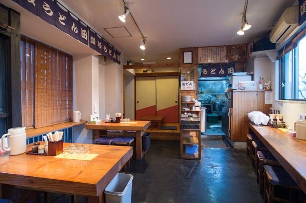 カウンター9席、テーブル8席に加え、昼のみ座敷席も登場。カウンターからは那珂川が望める