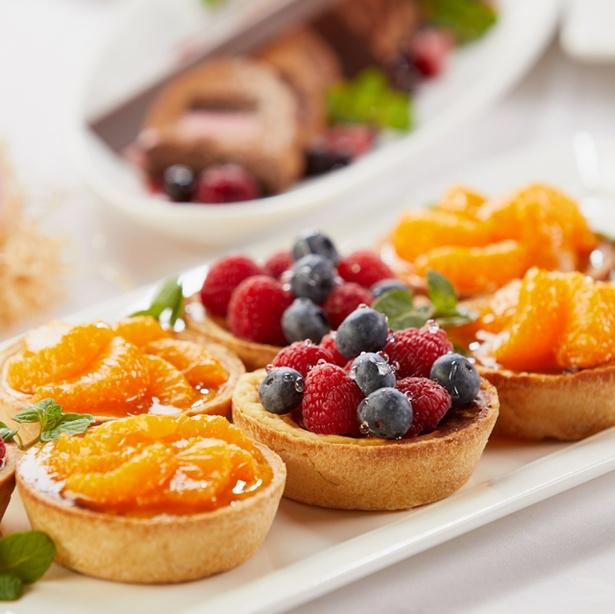 農園からホテルに直送されるあまおうを贅沢に使ったショートケーキやフルーツタルト