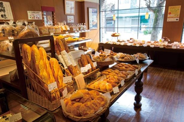【写真を見る】菓子パン、総菜パン、食パンすべてが充実/進々堂 寺町店