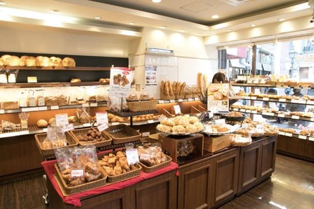 パンに添えられたポップを読みながらじっくりパン選びを楽しむ客が多い/ドンク三宮本店
