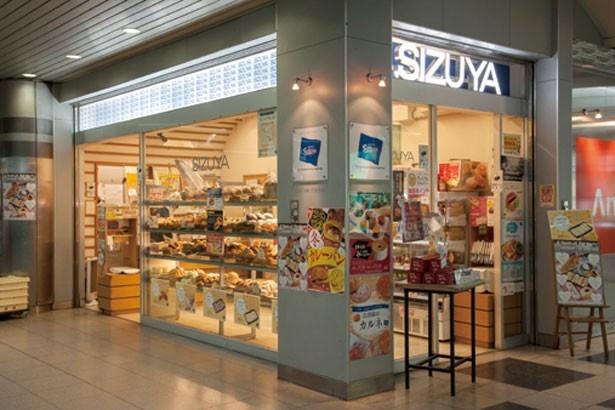 棚にぎっしり並ぶパンの種類は40~50種/志津屋 京阪三条店