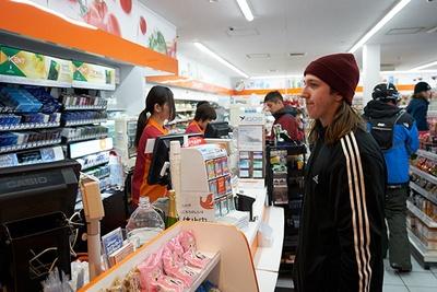外国人観光客であふれる「セイコーマート ニセコひらふ店」の店内