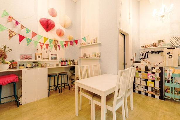 【写真を見る】かわいい店内は女子に人気/cafe Rei