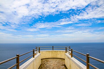 青い海と空、真っ白な砂浜のコントラストが美しい「茂木浜海水浴場」