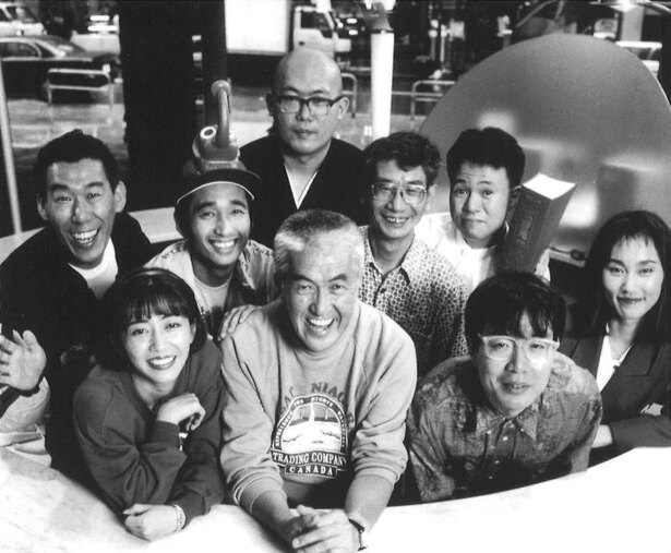 【写真を見る】永六輔と番組開始当初の「土曜ワイドラジオTOKYO」メンバー
