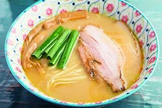 塩鶏白湯(800円)。鶏の旨味が存分に味わえる