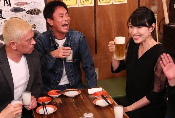 【写真を見る】1年半ぶりにビールで乾杯に喜ぶ水野美紀