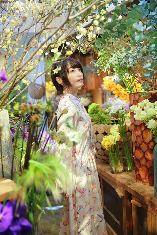 上田麗奈フォトコラム・賑やかな通りの近くに広がる花と緑のオアシス