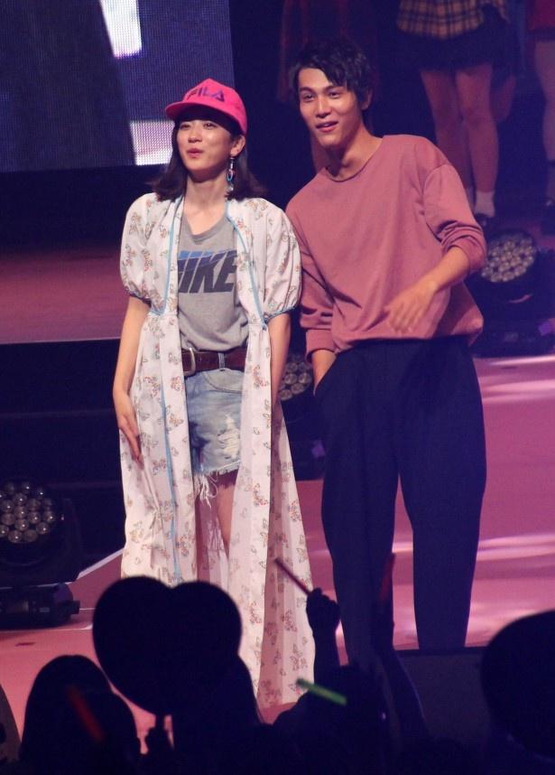 【写真を見る】ファッションイベントでおちゃめにポーズを取る永野芽郁と中川大志