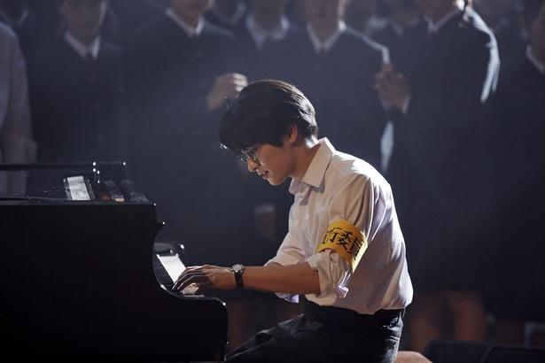 真剣なまなざしでピアノを演奏する知念侑李の姿も解禁!