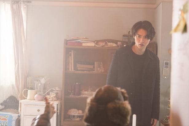 宰子の部屋で悲しみに暮れる旺太郎の前に春海が現れる(最終回シーン写真)